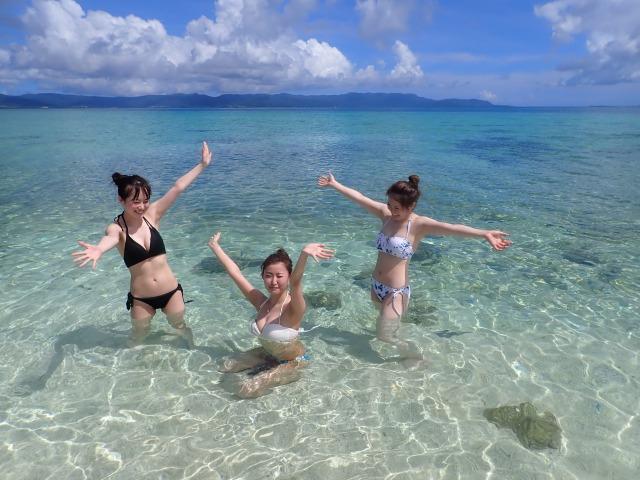石垣島の海でぷかぷかと浮かぶ女性