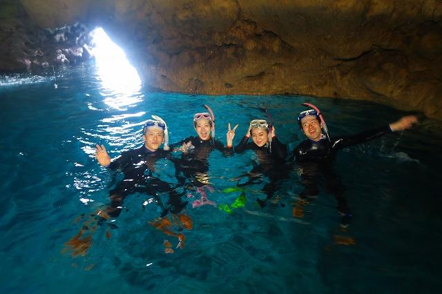 青の洞窟シュノーケリングを楽しむ旅行者