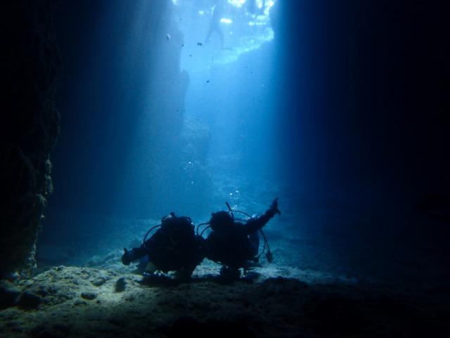 差し込む光が神秘的な地形スポットをダイビング