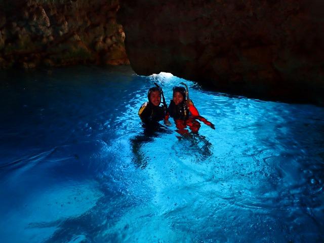 青の洞窟をバックに体験ダイビング中に撮影