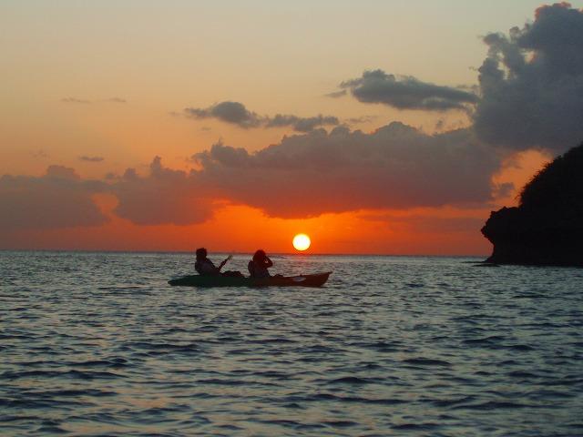 水平線に沈む夕陽を写真撮影