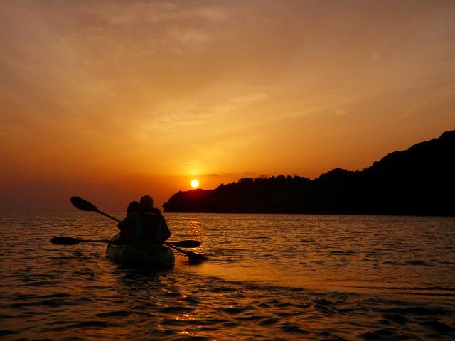 夕陽を目指して漕ぎ進める