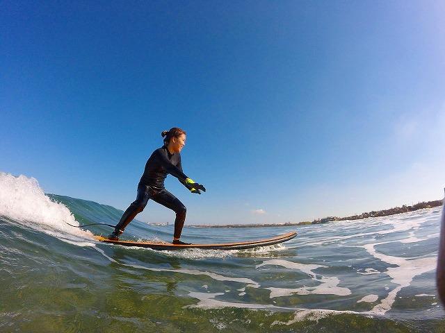サーフボードの上に立つ女性