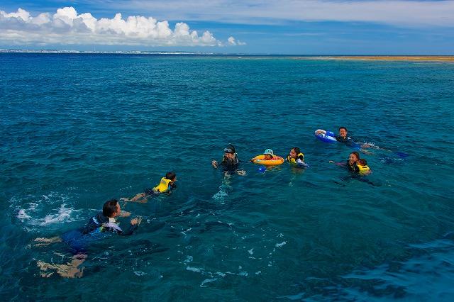 みんなで楽しむコバルトブルーの海
