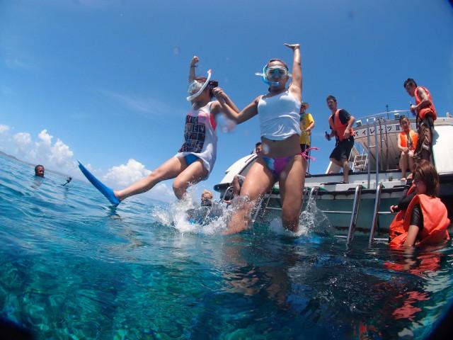 ケラマの海にダイブする女性