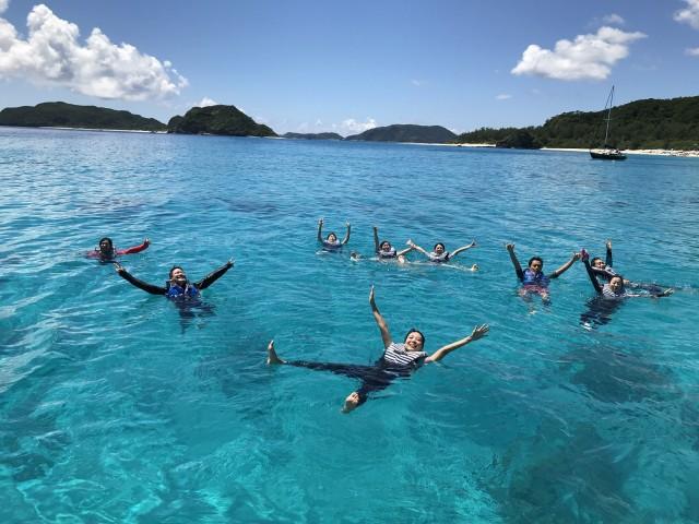 海の楽園「座間味島」周辺で記念撮影