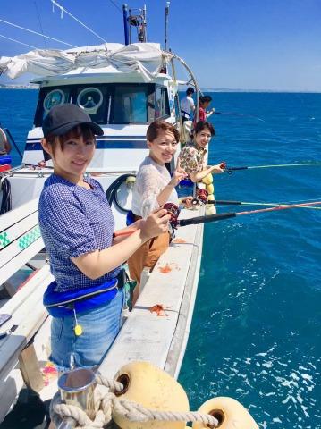 女子旅で釣りをする人
